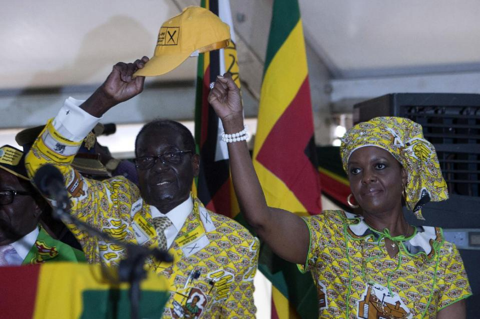 Robert Mugabe and his wife Grace greet delegates at the conference of his Zanu-PF party in Harare on December 4, 2014 (AFP Photo/Jekesai Njikizana)
