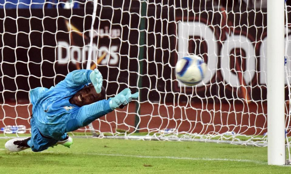 Ivory Coast's Boubacar Barry dives and stops Ghana's last penalty during the Africa Cup of Nations final in Bata on Febuary 8, 2015 (AFP Photo/Issouf Sanogo)