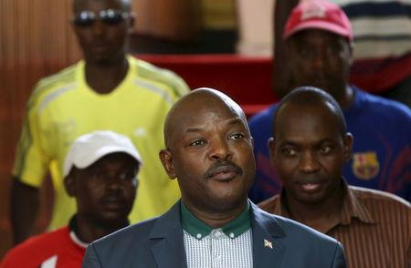 Burundi's President Pierre Nkurunziza (C) walks before a news conference in Bujumbura, Burundi, May 17, 2015.   REUTERS/Goran Tomasevic