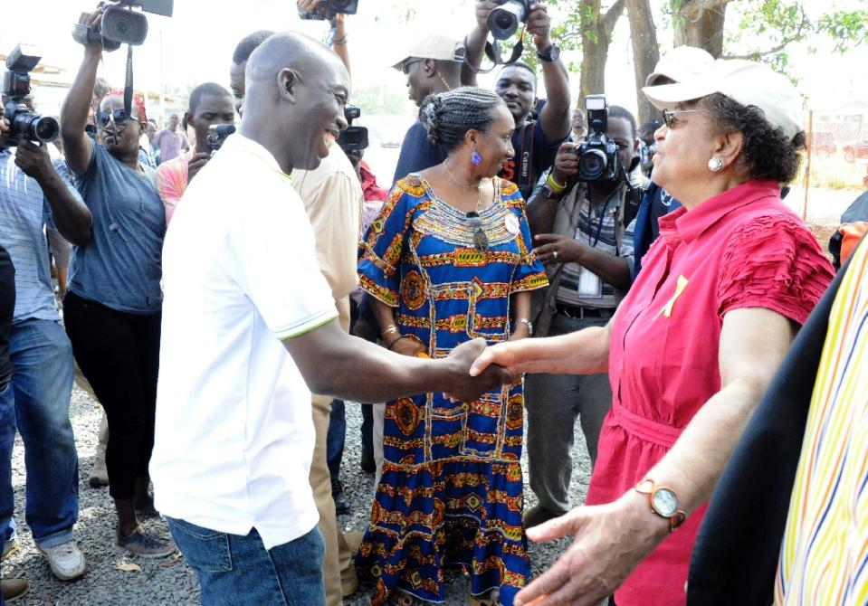 Liberia's President Ellen Sirleaf Johnson (R) shakes hands with Jerry Brown, a medical director and surgeon who helped lead the fight aganst Ebola, on May 9, 2015 in Monrovia (AFP Photo/Zoom Dosso)