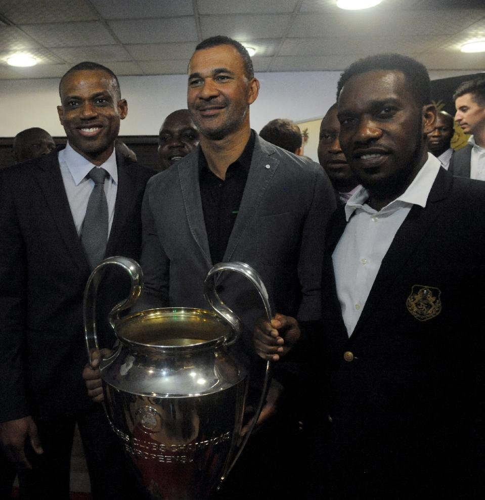 Former Nigerian footballers Sunday Oliseh (L) and J. J. Okocha (R) flank UEFA Trophy Tour ambassador Ruud Gullit during a visit to the governor in Lagos on March 13, 2014 (AFP Photo/Pius Utomi Ekpei)