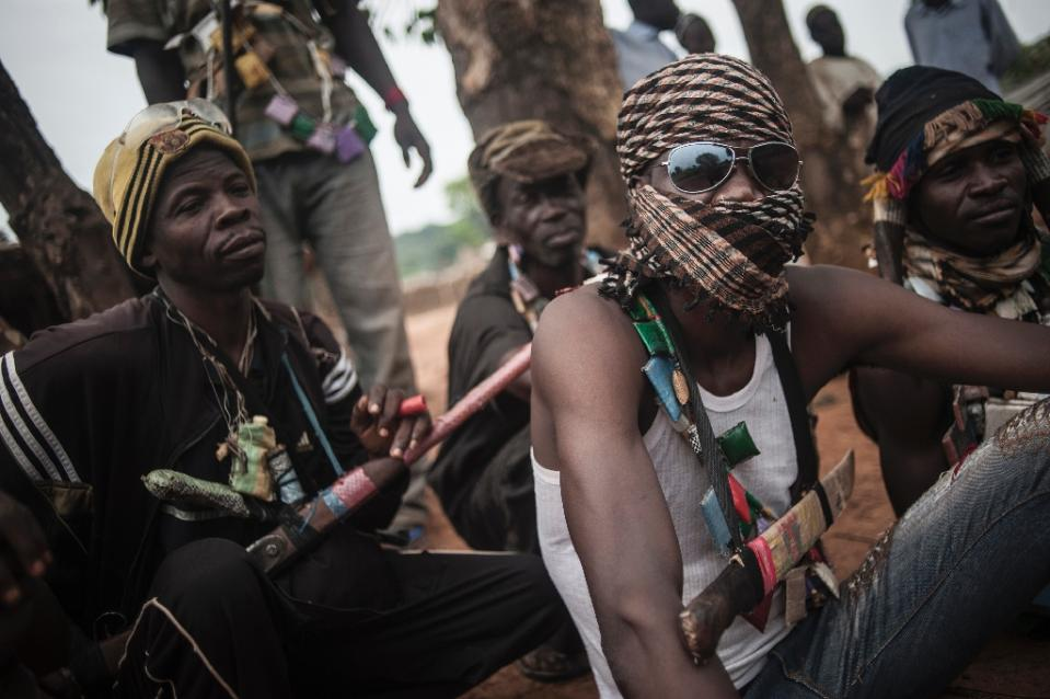 Anti-Balaka militia members rest in the outskirts of Bambari, Central African Republic, on July 31, 2014 (AFP Photo/Andoni Lubaki)