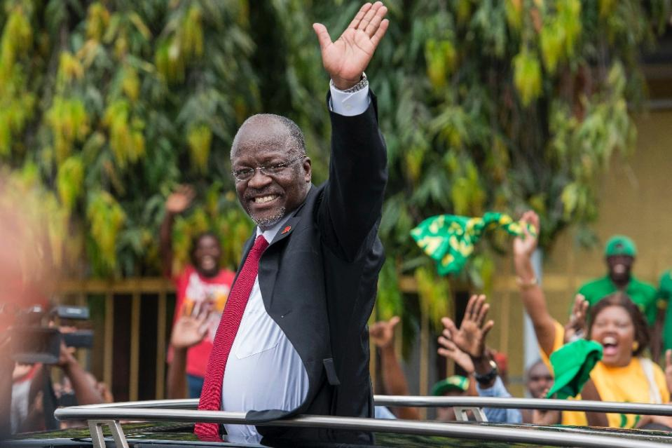 Tanzania's President-elect John Magufuli waves as he leaves after the official election announcement ceremony in Dar es Salaam October 30, 2015 (AFP Photo/Daniel Hayduk)