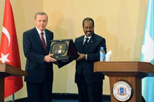 """File picture:Turkish President Recep Tayyip Erdogan (left) exchanges a plaque following a joint press conference with Somalia President Hassan Sheik Mohamud (right), in Mogadishu, on January 25, 2015. """"At this moment the Islamic world is facing the risk of disintegration,"""" Erdogan was quoted as saying. PHOTO 