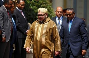 Morocco's King Mohammed, who visited Ethiopia's Prime Minister Hailemariam Desalegn (right), Nov. 19, 2016, has been touring Africa seeking support for a return to the African Union