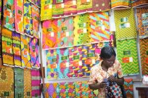 Ghana's economic woes are making business more difficult for stall holders like those at Makola market. Credit: Miranda Harple/Yenkassa.
