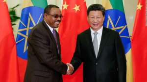 Chinese President Xi Jinping (R) shakes hands with Ethiopia's Prime Minister Desalegn