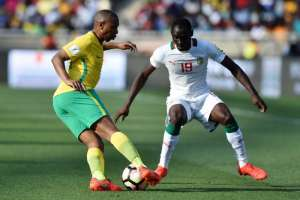 South Africa's Andile Jali (L) passes Senegal's Saliou Ciss (R) during the 2018 World Cup qualifying football match between South Africa and Senegal on November 12, 2016 at the Peter Mokaba stadium in Polokwane (AFP Photo/STRINGER)