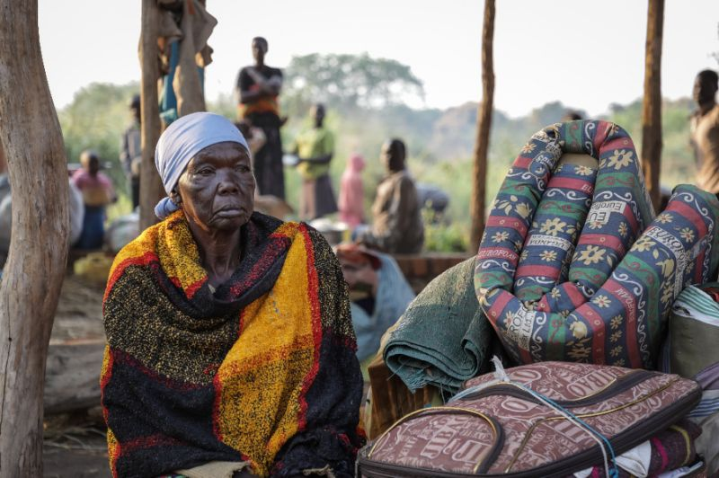 A newly arrived refugee fleeing from recent fighting in South Sudan waits for registration by the National Commission for Refugees (CNR) after crossing the border into the Democratic Republic of Congo, near Aba, on December 23, 2017 (AFP Photo/Simona FOLTYN)