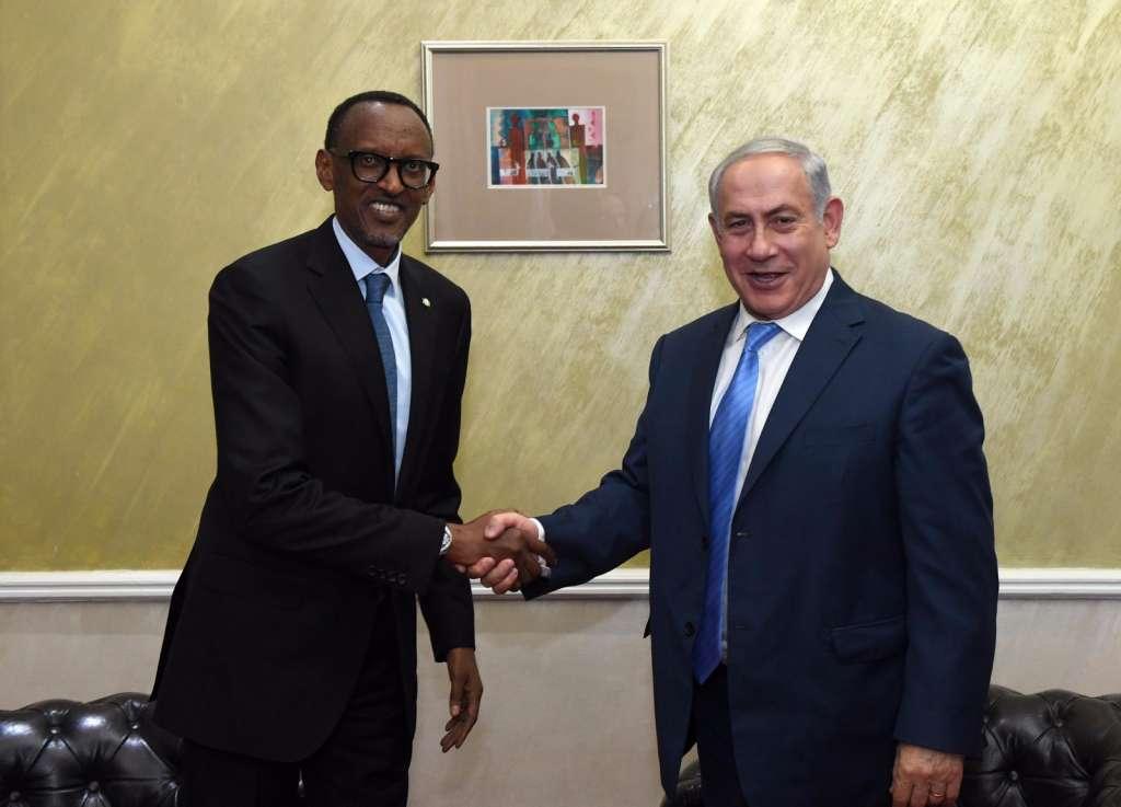 PM Netanyahu, left, with Rwandan President Paul Kagame in Nairobi, Kenya, November 28, 2017 (Haim Tzach/GPO)