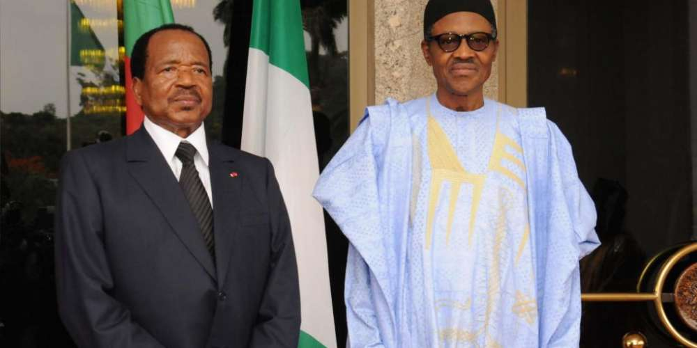 Nigerian President Muhammadu Buhari (R) and Cameroonian President Paul Biya pose for a photo in Abuja on 3 May 2016. Photo: Stringer/AFP