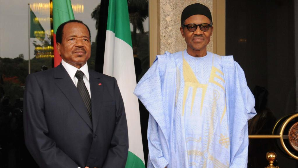 Nigerian President Muhammadu Buhari (R) and Cameroonian President Paul Biya pose for a photo in Abuja on 3 May 2016. Photo: Stringer/AFP
