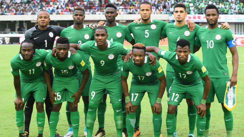 Nigeria national football team players pose prior to the 2018 FIFA World Cup qualifying football match between Nigeria and Cameroon at Godswill Akpabio International Stadium in Uyo, southern Nigeria, on September 1, 2017. / AFP PHOTO / PIUS UTOMI EKPEI
