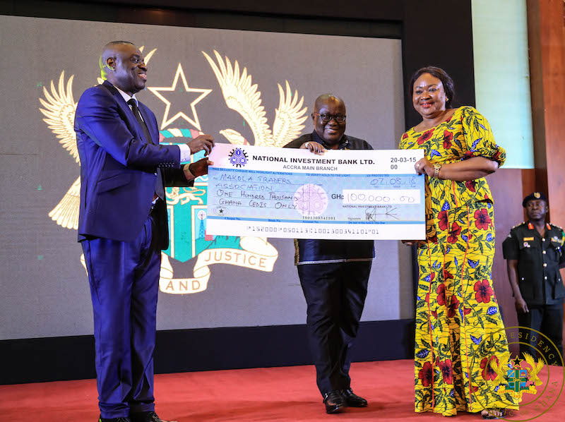 President Akufo Addo presenting a cheque of 1002c000 to the Makola Traders Association