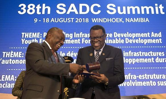 President Cyril Ramaphosa handed the chairmanship of the SADC to his Namibian counterpart Hage Geingob .
