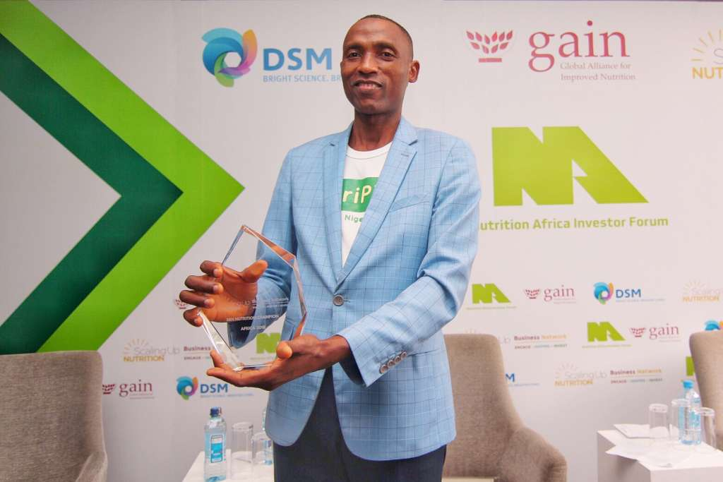 Ope Olanrewaju Kennie-O Cold Chain Logistics holds the Grand Prize trophy for the SUN Pitch Competition presented to him by Jonathan Tench Senior Manager SUN Business Network, GAIN in Nairobi on 17 October