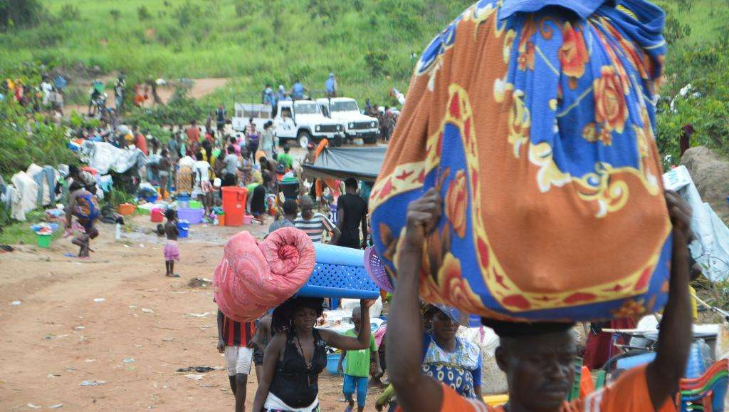 Congolese migrants cross the border from Angola to the Democratic Republic of Congo, in the town of Kamako, October 12 2018. Sosthene KAMBIDI / AFP
