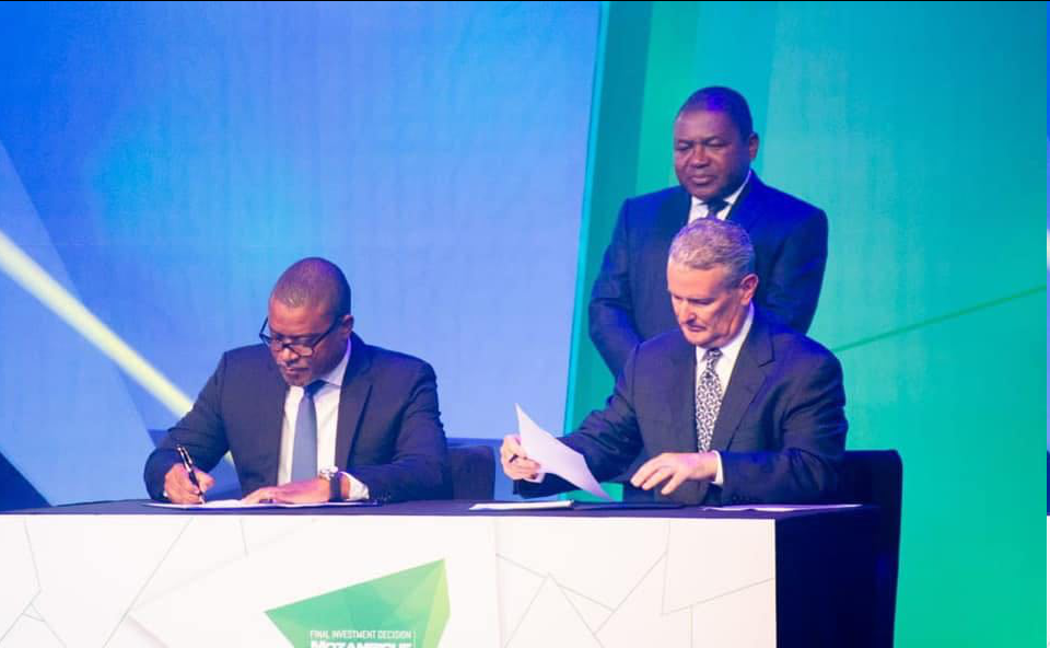 Minister Max Tonela and CEO of Anadarko Al Walker  signing the deal with President Filipe Nyusi watching